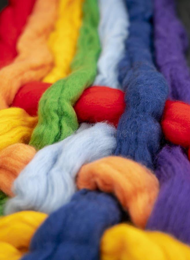 Czub włosy różni kolory przekręcający wpólnie tworzą kolory tęcza, konceptualna fotografia zdjęcia stock