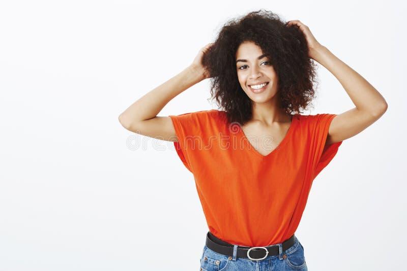 Czuciowy szczęśliwy i piękny dzisiaj Portret otwarta atrakcyjna kobieta z afro fryzurą, podnoszący ręki i macanie obraz stock
