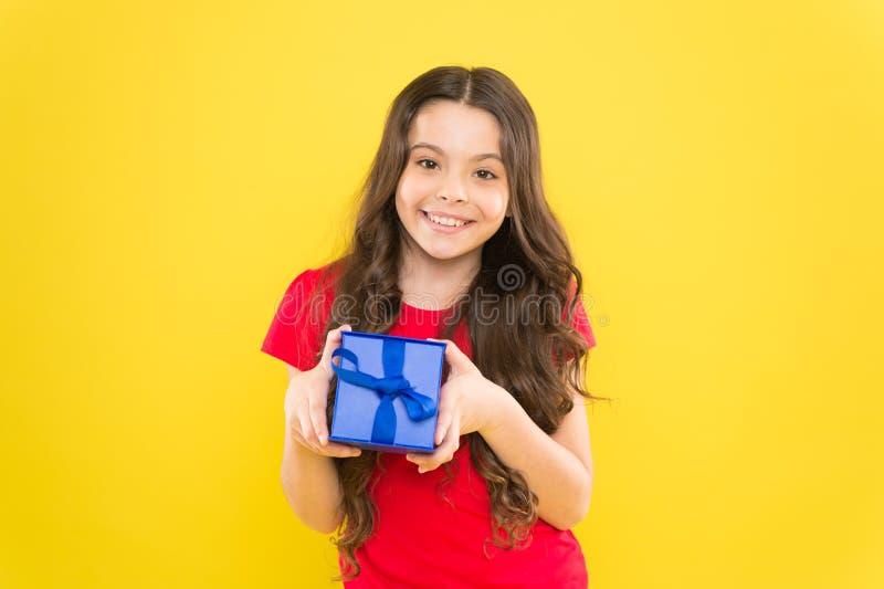 Czuciowy wdzi?czny prezent na dobre Niespodzianka i przyjemny tera?niejszo?ci pude?ko Dziecko chwyta prezenta szcz??liwy pude?ko  obraz royalty free