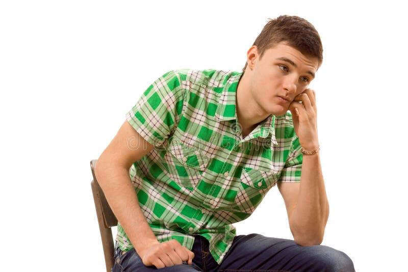 Czujnego młodego człowieka siedzący główkowanie fotografia royalty free