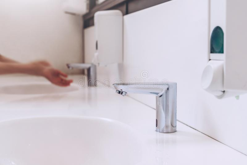 Czujnika wodny klepnięcie w łazience kawiarnia umyjcie ręce kobiety nowożytny wc obraz stock