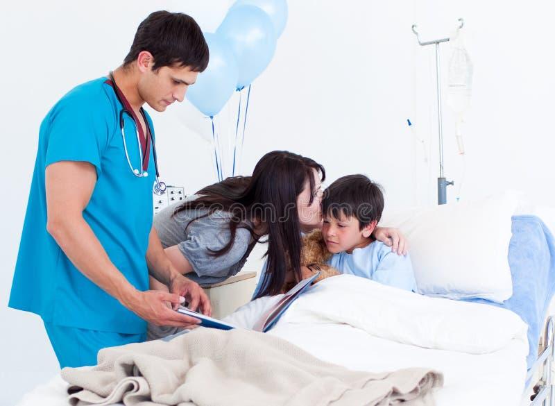 Download Czule Jego Całowania Chora Syna Kobieta Zdjęcie Stock - Obraz złożonej z offtrack, medycyna: 13342408