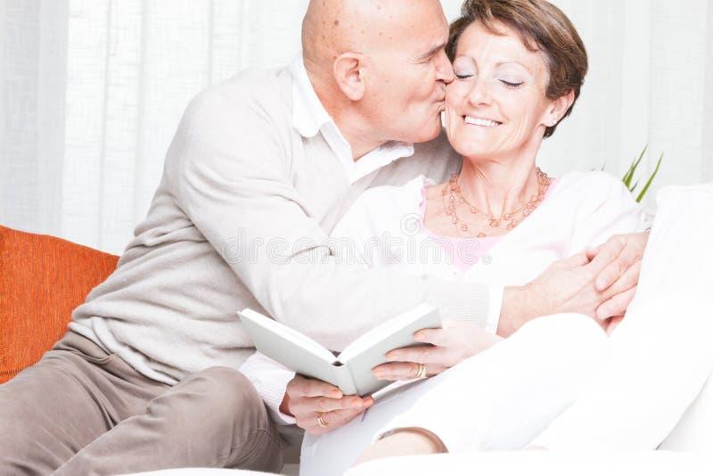 Czule mężczyzna całuje jego żony na policzku zdjęcia stock