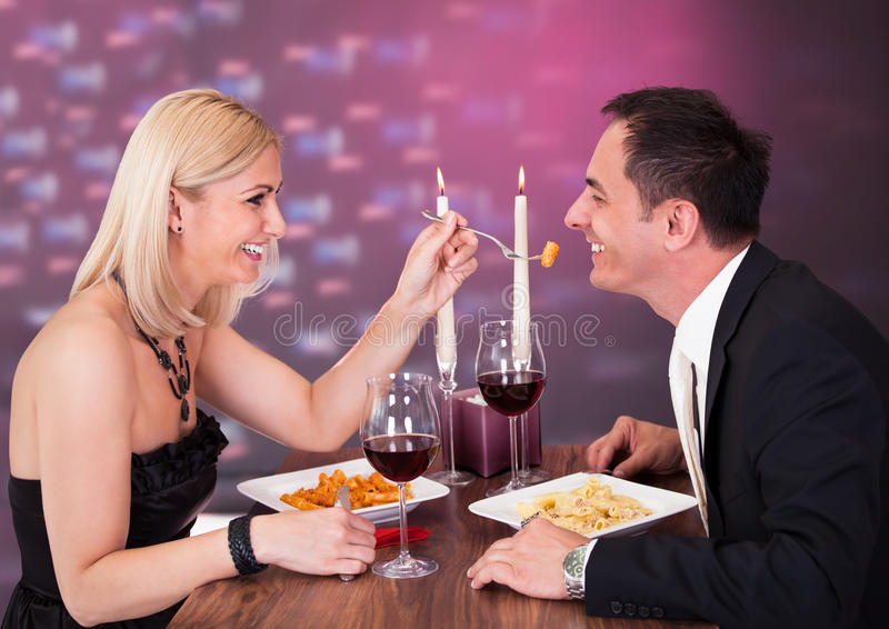 Czule para w restauraci zdjęcia royalty free