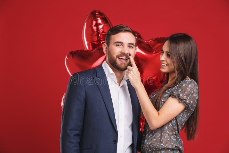 Czule para z balonów obejmować fotografia royalty free