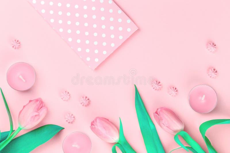Czuli kobiecy pastelowych menchii kwiaty i koperta obraz stock