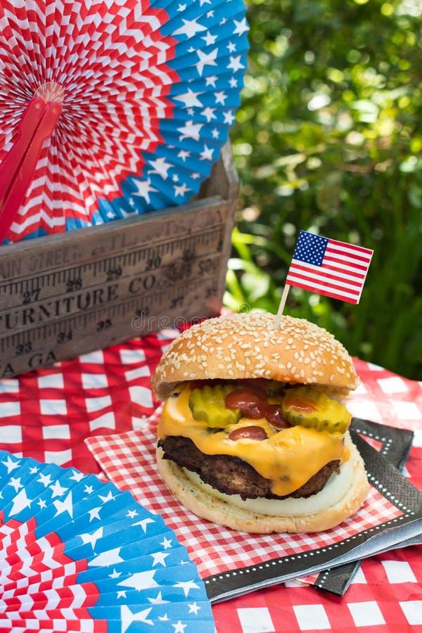 Czwarty Lipa świętowanie z Wszystkie Amerykańskim hamburgerem zdjęcia royalty free