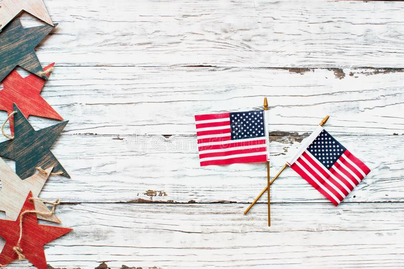 Czwarty Lipa tło z Drewnianymi gwiazdami i flagami amerykańskimi zdjęcie stock