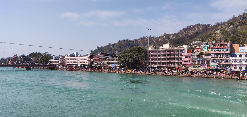 Czyści Ganga wody rzecznej spływanie przez ghat «Har Ki Pauri fotografia stock