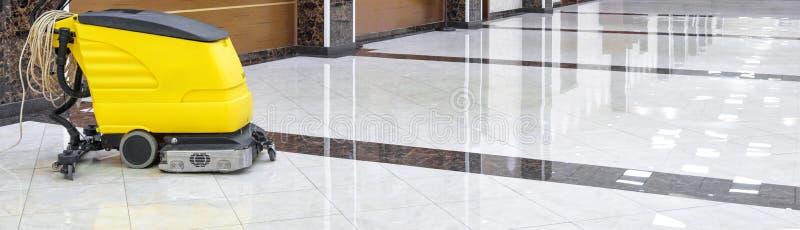 Czyści maszyna na luksusowej błyszczącej podłodze obraz stock