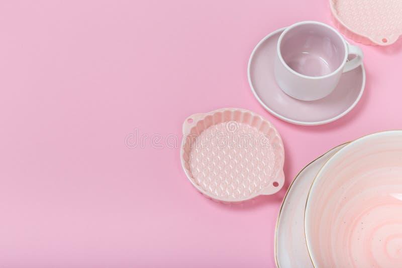 Czyści naczynia, Wiele eleganckie porcelan filiżanki, spodeczki i talerze, obrazy royalty free