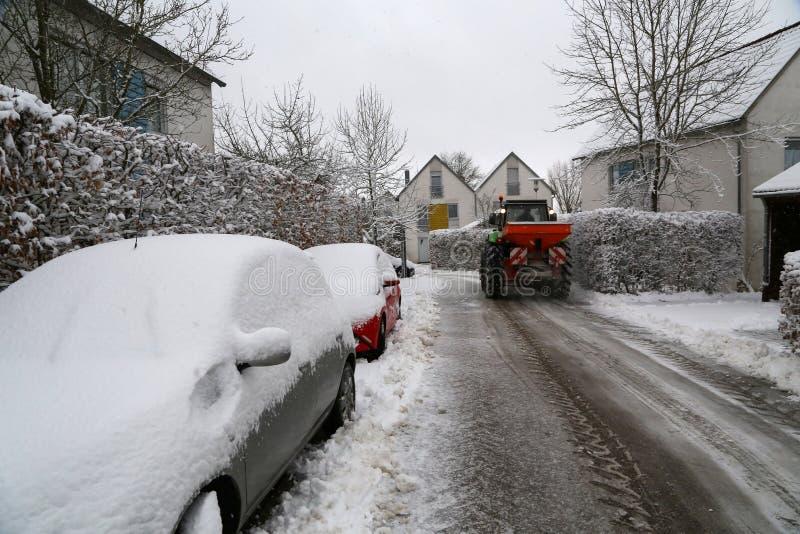 Czyścić świeży śnieg na ulicach miasteczko obrazy royalty free