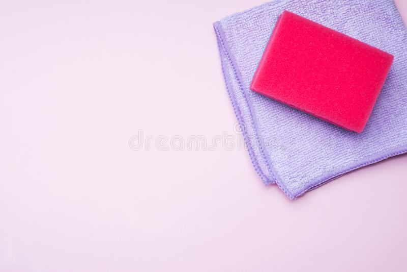 Czyścić barwi gąbki i muśnięcia na różowym tle Domowy cleaning poj?cie Odg?rny widok, kopii przestrze? zdjęcie royalty free