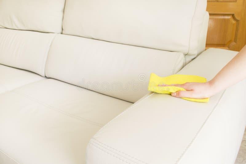 Czyścić beżową kanapę zdjęcie royalty free