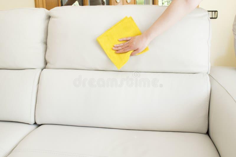 Czyścić beżową kanapę zdjęcie stock