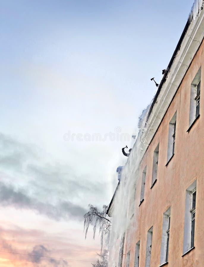 Czyścić dach w zimie fotografia stock