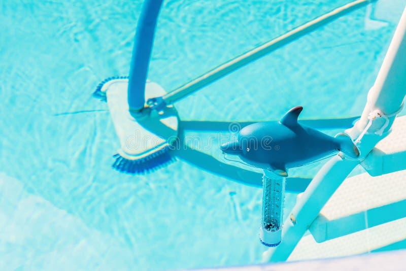 Download Czyścić domu basenu obraz stock. Obraz złożonej z lato - 53790811