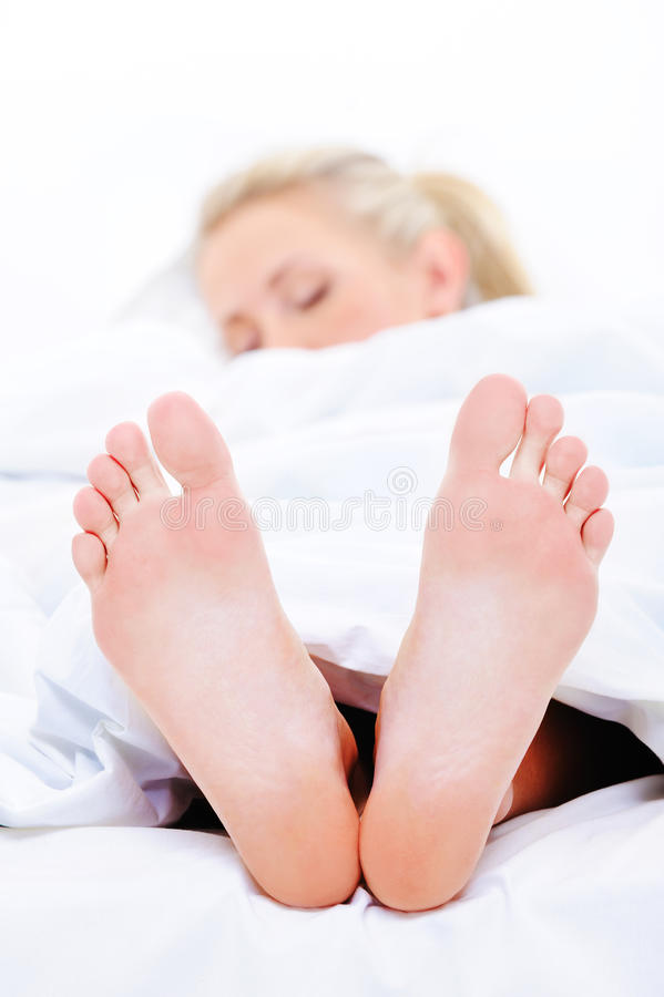 czyścić feets kobiety pierwszoplanowej sypialnej zdjęcie stock
