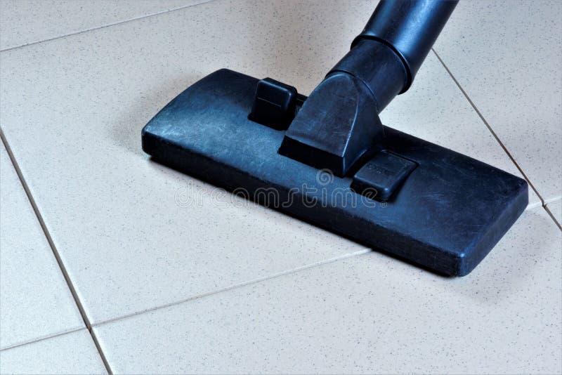 Czyścić kafelkowej podłogi ukazuje się z próżniowym czystym, sanitarnym przywróceniem czystość od gruzów, Utrzymuje bezpieczną hi obrazy royalty free