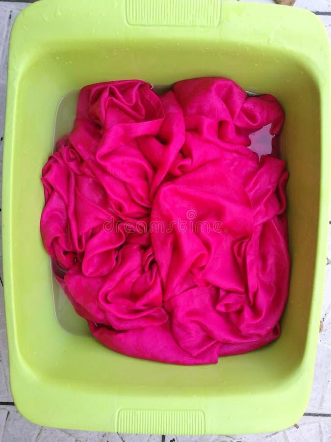 czyścić odziewa ręcznie, pralnia, myjący ubrania, namoku kosza zapasu fotografia - wizerunek obraz royalty free