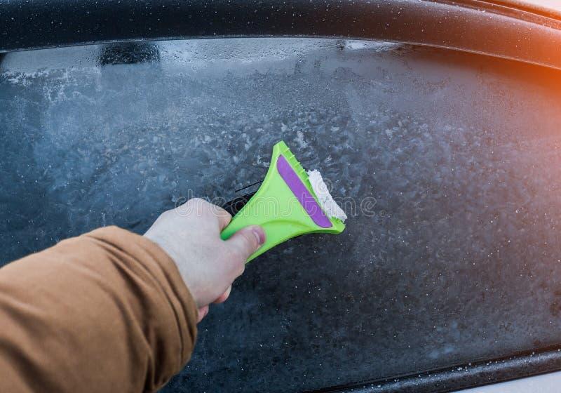 Czyścić samochodowego szkło od lodu zdjęcie stock