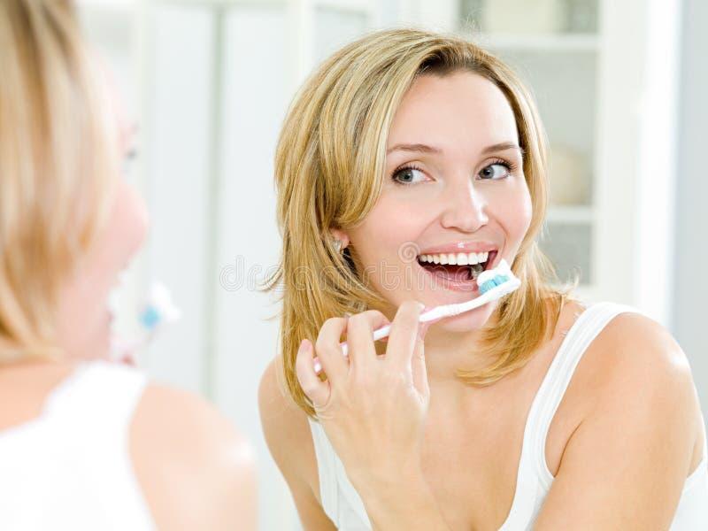 czyścić szczęśliwa zębów toothbrush kobieta obraz stock