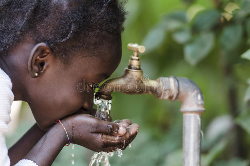 Czyści świeża woda braka symbol: Czerni dziewczyny Pije od klepnięcia zdjęcie royalty free