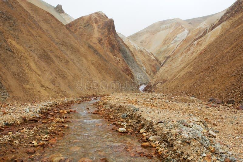 Czyści ale nieżywy rzeczny bieg wśród opustoszałych wzgórzy, Iceland obrazy stock