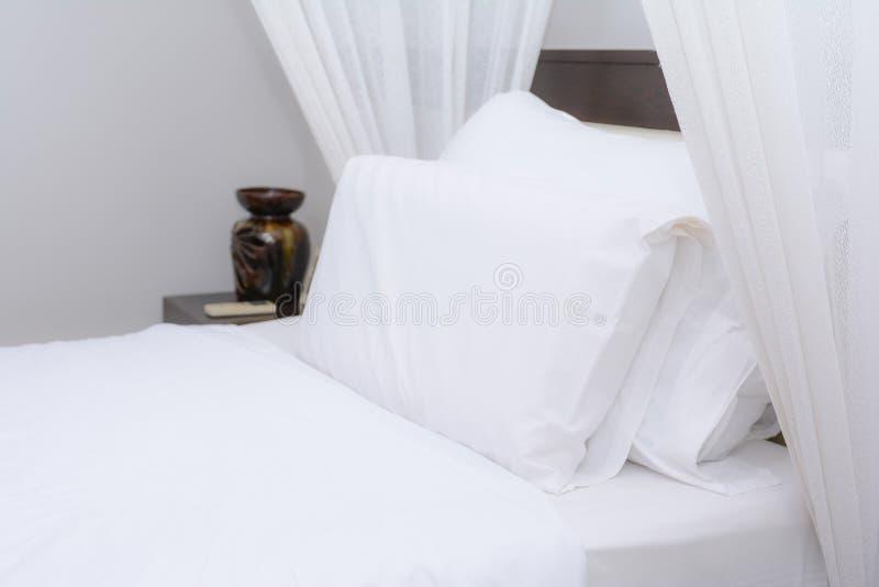 Czyści białą poduszkę na łóżku zdjęcia royalty free