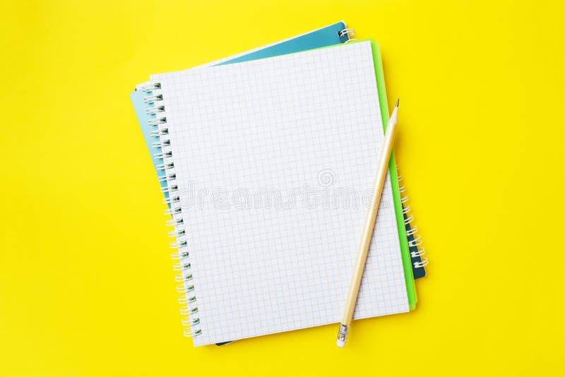 Czyści białego ołówek, notatnika z kopii przestrzenią na koloru żółtego stołu tle dla i, blogger, zdjęcie royalty free