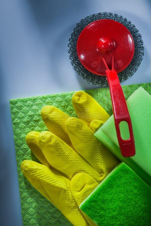 Czyści kruszcowej szczotkarskiej washcloth gąbki ochronne rękawiczki na wh zdjęcie royalty free