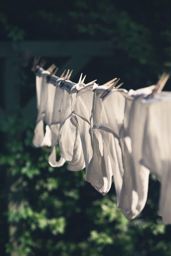 Czyści mężczyzna bielizny Bawełnianą osuszkę na podwórka Clothesline obrazy stock