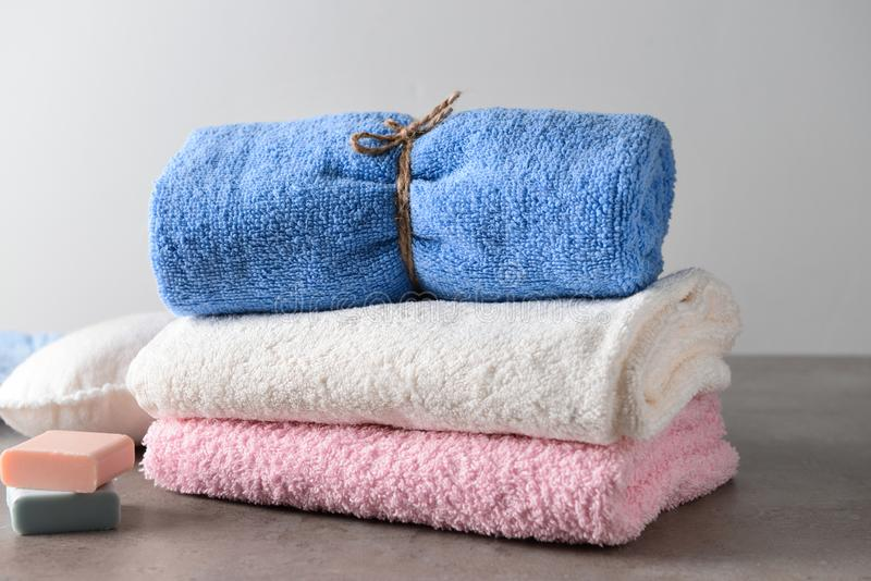 Czyści miękkich ręczniki i mydło na stole zdjęcie stock