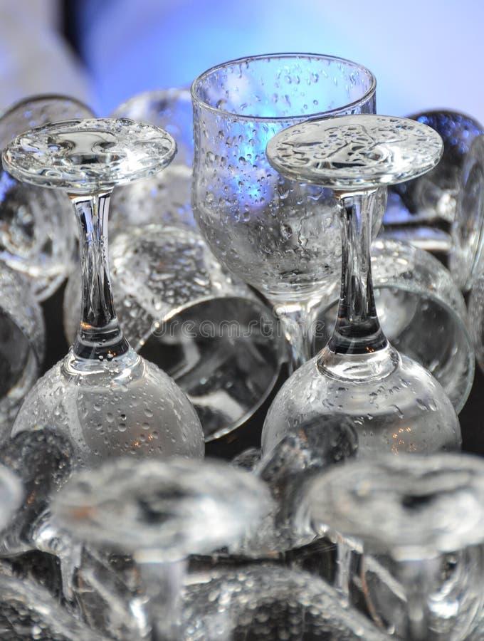 Czyści mokrych pije szkła przy barem lub zmywarka do naczyń zdjęcie royalty free