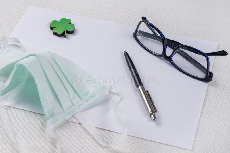 Czyści papier, liść zielona koniczyna i ochronną maskę, zdjęcia stock