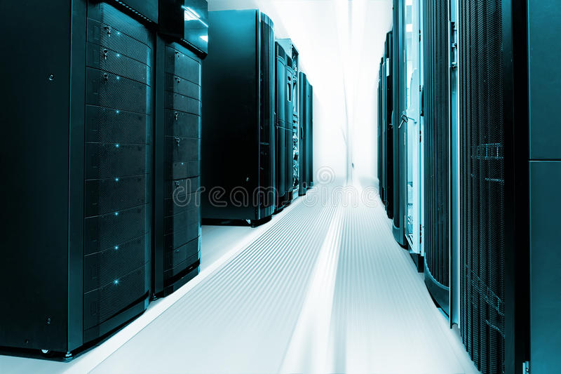 Czyści przemysłowego wnętrze serweru pokój z serwerami zdjęcia stock