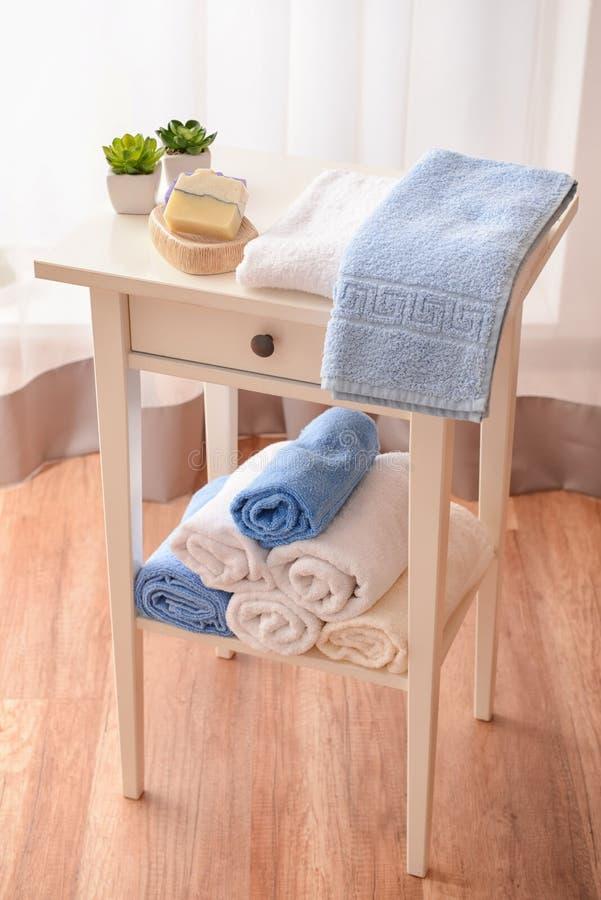 Czyści ręczniki i mydło na stole zdjęcie royalty free