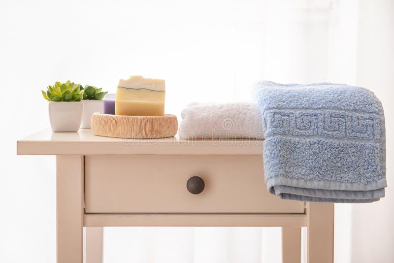 Czyści ręczniki i mydło na stole obrazy stock