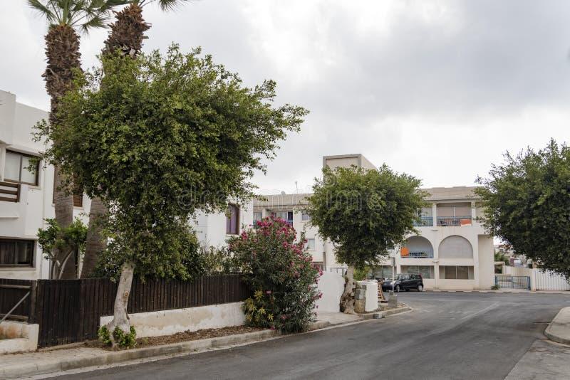 Czyści schludną miasto ulicę Europejski miasto Piękne miasto ulicy Ayia NAPA, Cypr Śródziemnomorski miasto w lecie w świetle dzie obrazy stock