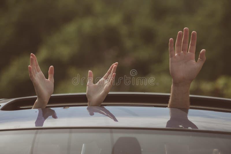 Czyści transport Podtrzymywalny lub zielony transport Ręki gestykuluje w otwartym samochodowym lągu Podróżować samochodem _ obrazy stock