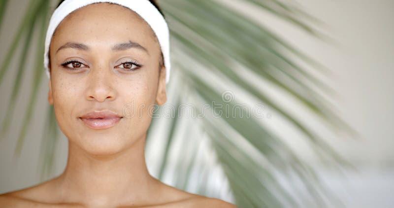 Czyści twarz młoda kobieta zdjęcia royalty free