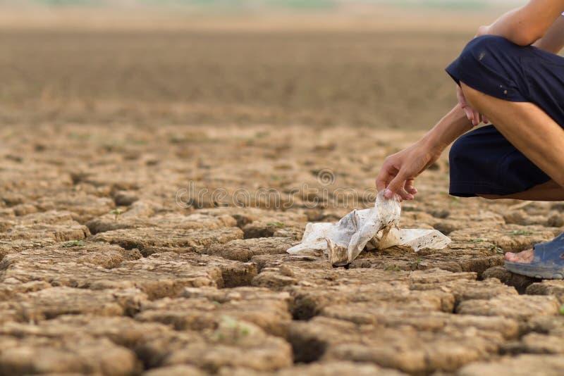 Czyści w górę brudnego plastikowy worek na ziemi wokoło rzeki obraz royalty free