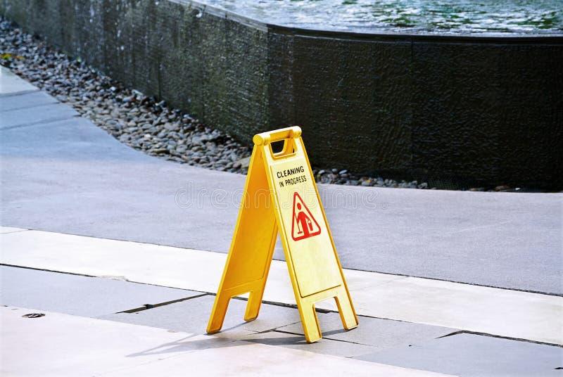 Czyści W Toku Żółty Plastikowy znak ostrzegawczy fotografia royalty free