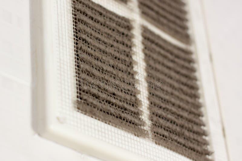 czyści wentylacja plastikowy pył filtr całkowicie zatyka z pyłem i brudem brudna wentylacja w pokoju obrazy stock