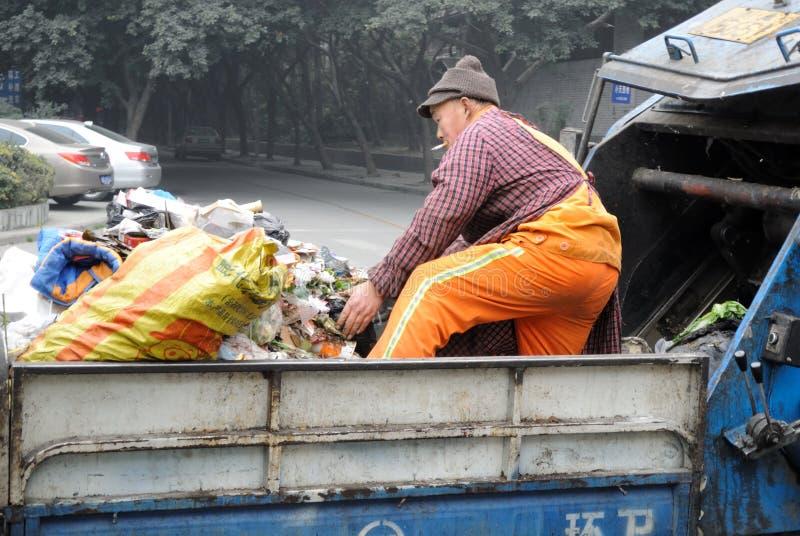 Download Czyściciele Obchodzą Się śmieci Obraz Editorial - Obraz złożonej z brudny, 1: 28974485