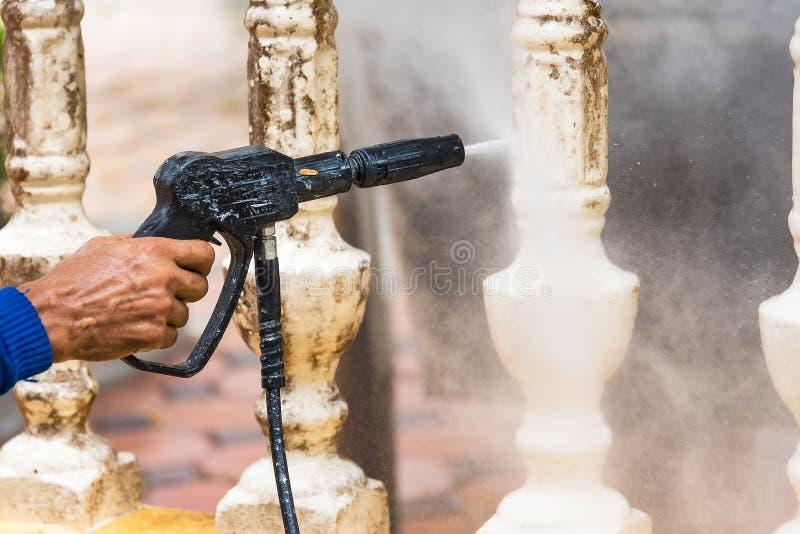 Czy?ci taras z w?adzy p?uczk?, wysoka woda nacisk czysty na cementu tarasu powierzchni zdjęcie royalty free