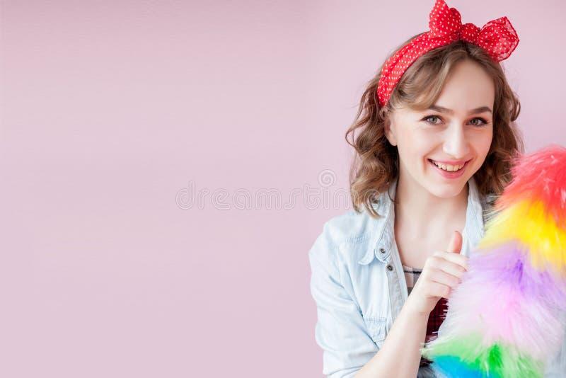 Czy?ci? wa?kowy w g?r? kobiety U?miechni?ta pinup dziewczyna trzyma kolorowego duster mu?ni?cie czy?ci us?uga W g?r? dziewczyny c zdjęcie royalty free