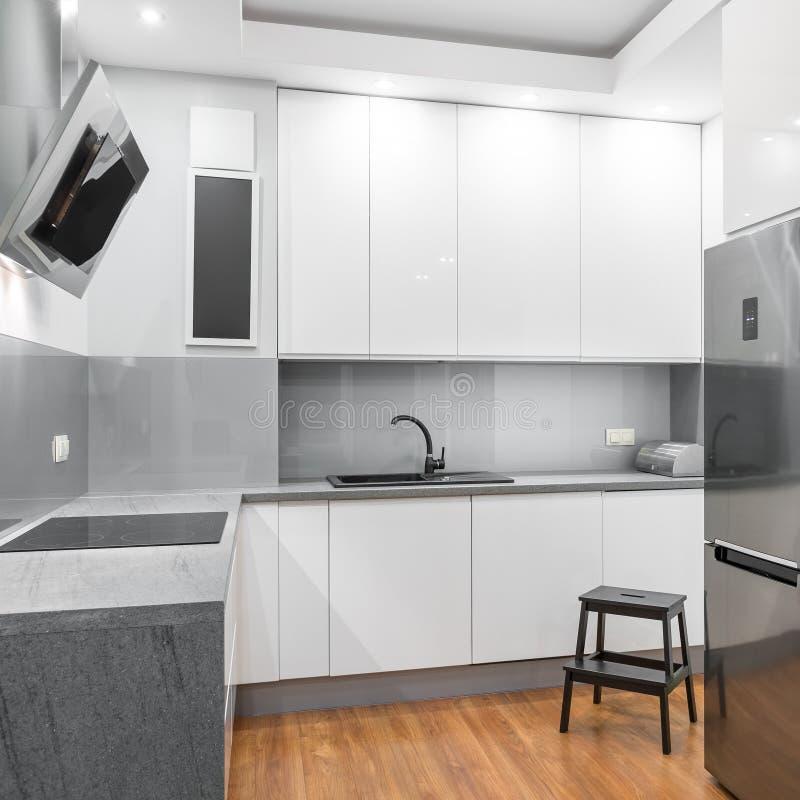 Czynnościowa biała kuchnia zdjęcie stock