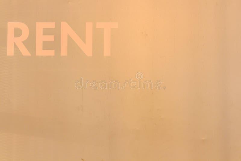 Czynsz inskrypcja na jaskrawej ścianie w białych listach fotografia royalty free