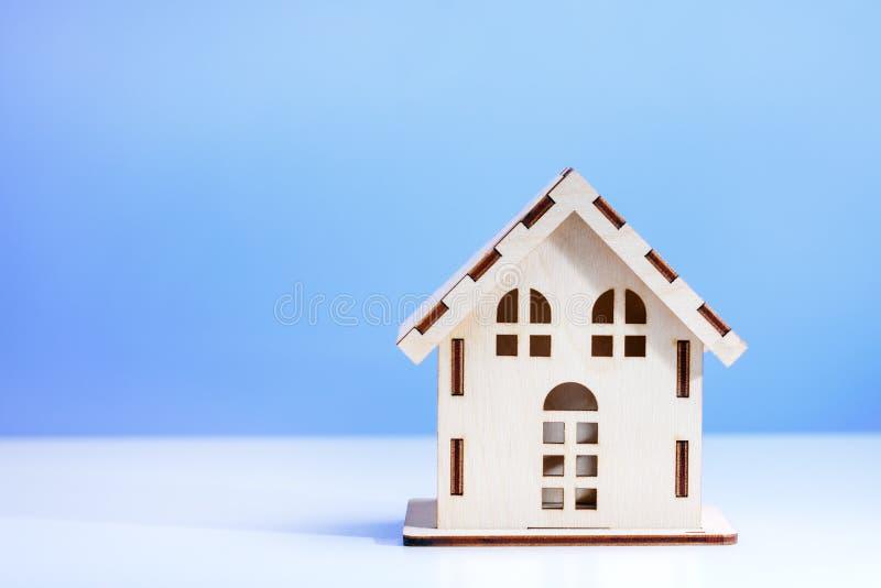Czynszowy arenda domu pojęcie Przeszukanie domu pojęcie, domu model na błękitnym tle Naprawa dom fotografia stock